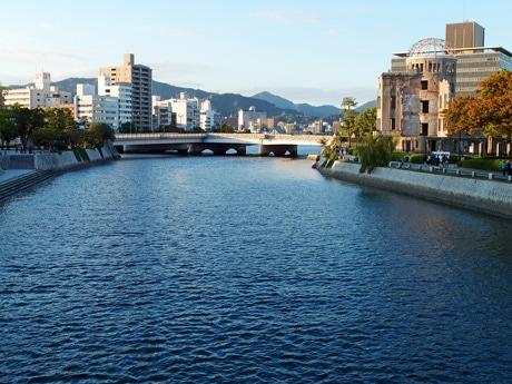 平和記念公園近くを流れる元安川で遊び体験を行う