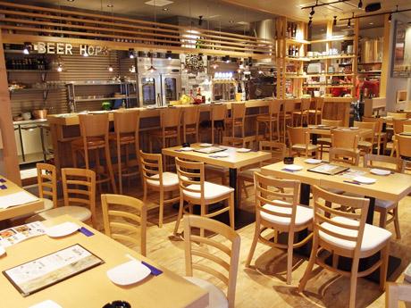 広島ホップス店内。ビールだけでなく、JA広島のレモン果汁を使った「広島レモンサワー」(480円)やワインもそろえる。
