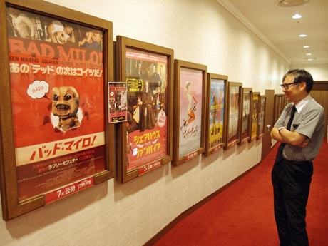 上映作のポスターは館内ロビー付近に掲示する
