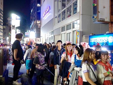 ハロウィーンの仮装した人々が市街地を練り歩く