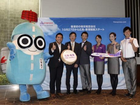 広島で開いた会見には、広島空港キャラクター「ソラミィ」も駆けつけた