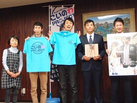 写真右から、湯崎英彦広島県知事、金森哲也さん、アンガールズ田中卓志さん、山根良顕さん、田中さんの母・三枝子さん