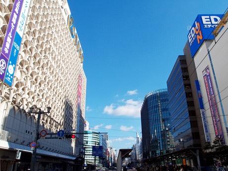 サンフレッチェ優勝の懸垂幕を掲出する「エディオン広島本店」「そごう広島店」