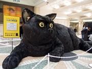 広島駅に「巨大クロネコ」出現 ヤマト運輸が新サービスPRで