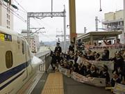 広島駅で園児ら新幹線を見送り 山陽新幹線全線開業40周年キャンペーン終了で
