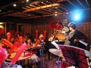 広島の路面電車で「カープジャズ」ライブ カープ応援歌をジャズアレンジで披露