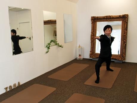 メンズヨガ教室でポーズを取る講師の大滝さん