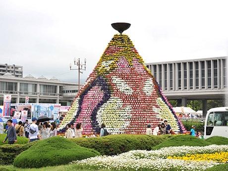 平和記念公園に設営するフラワーフェスティバルのシンボル「花の塔」(写真は昨年のもの)。大きさは高さ8メートル、直径9メートルの12角錐