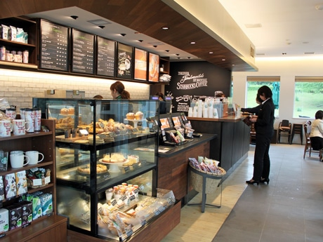 スターバックスコーヒー小谷サービスエリア店内。カウンター席にはコンセントも配置する