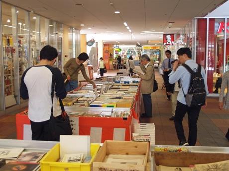 JR横川駅そばで始まった「300円均一古本市」の様子