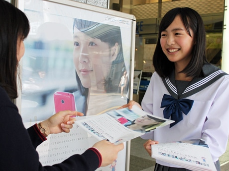 「さわやかマナーキャンペーン」起用の女子高生モデル・駒井蓮さん(写真右)