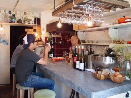 立ち飲み店「堺町バル」跡にオープンしたワインバー「ウルル」店内