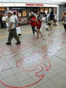 広島駅で夏のおもてなし 駅で働くスタッフを表現した「赤い糸」デザインも