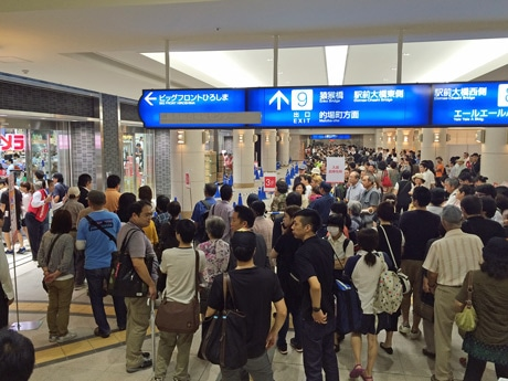 広島駅南口地下広場には開店待ちの長い行列ができた