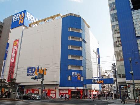 建て替え工事を行うエディオン広島本店本館と新館(写真右)
