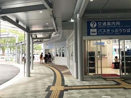 広島駅新幹線口中央ペデストリアンデッキ下の1階部分に開設した「交通案内所」