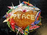 広島のお好み焼きに「PEACE」描く 食文化通じて平和を発信