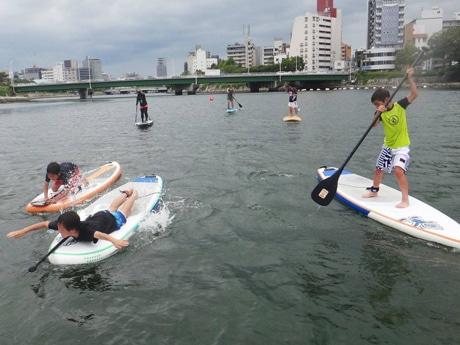 スタンドアップパドル(写真)やサーフィン、カヌーといった川のアクティビティを体験できる