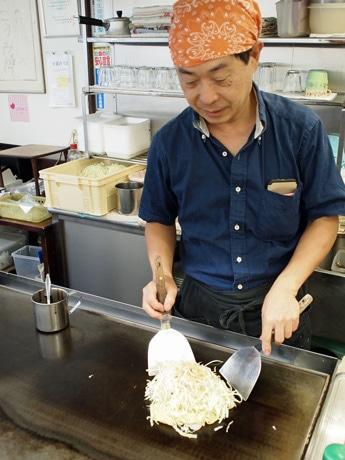 低糖質お好み焼きを開発した店主の中川健さん