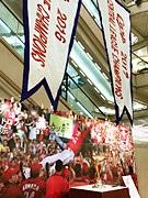 広島の百貨店にカープのリーグ優勝トロフィー 優勝ペナントは2年分を特別展示