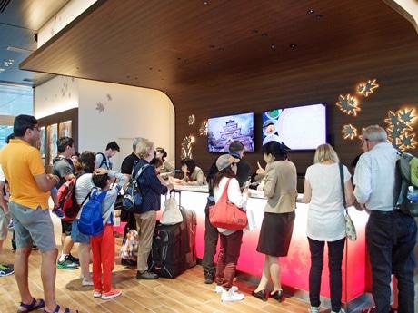「広島駅総合案内所」には新幹線の到着とともに多くの外国人観光客が立ち寄る