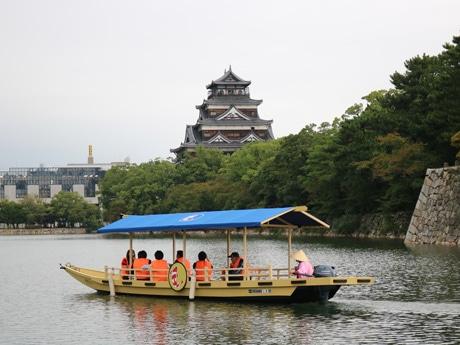 広島城を周遊する遊覧船