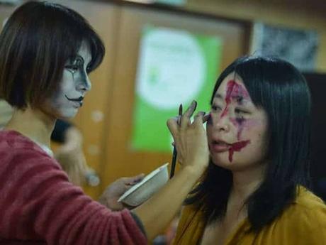 ボランティアスタッフを対象にした「ゾンビ」メーク講習会。「ゾンビ服」は不要になった色が薄い衣類に汚れや血のりを付けて加工する