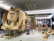 広島駅に実寸大の段ボール蒸気機関車「D51」 山口の大型観光キャンペーンPRで