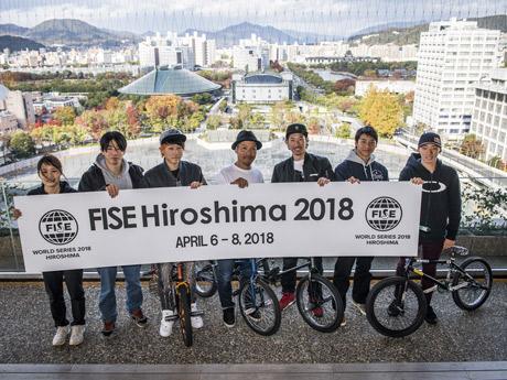 「FISE Hiroshima 2018」に出場する各種目の代表選手ら。後ろは開催場所となる旧広島市民球場。