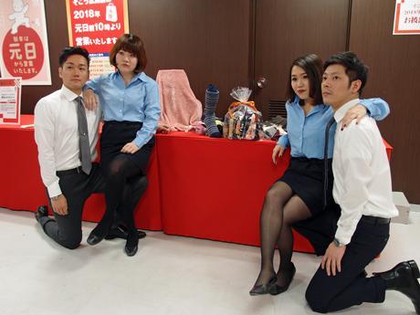 制服を着崩してメークで施してブルゾンちえみさんを表現した女性スタッフ
