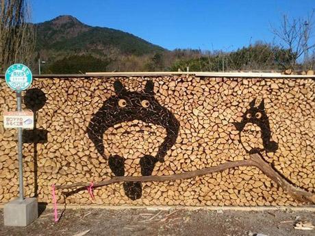 湯来町の間伐材を使った「薪(まき)積みアート」で制作したトトロ