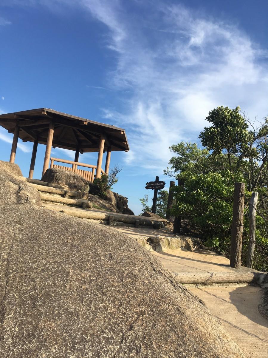 ロープウエーで向かう弥山の獅子岩展望台から星空を眺める