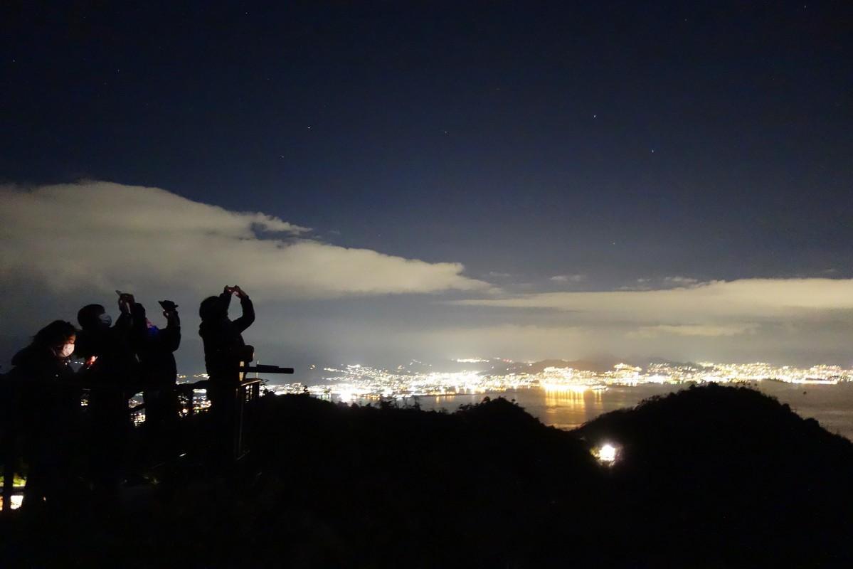 獅子岩展望台から市街地の夜景と星空を楽しむ参加者