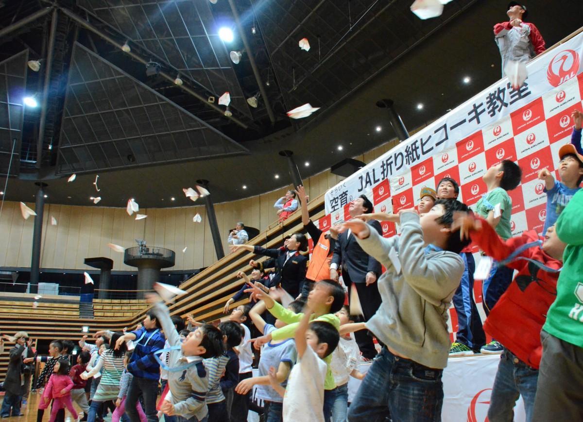 2017年3月に東京・大田区総合体育館で実施した「折り紙ヒコーキ」イベントの様子