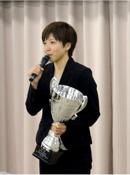 平昌冬季オリンピックのスピードスケート女子1000メートル銀メダリストの小平選手が昨年3月、所属する相澤病院の施設・ヤマサホールで行った報告会の様子