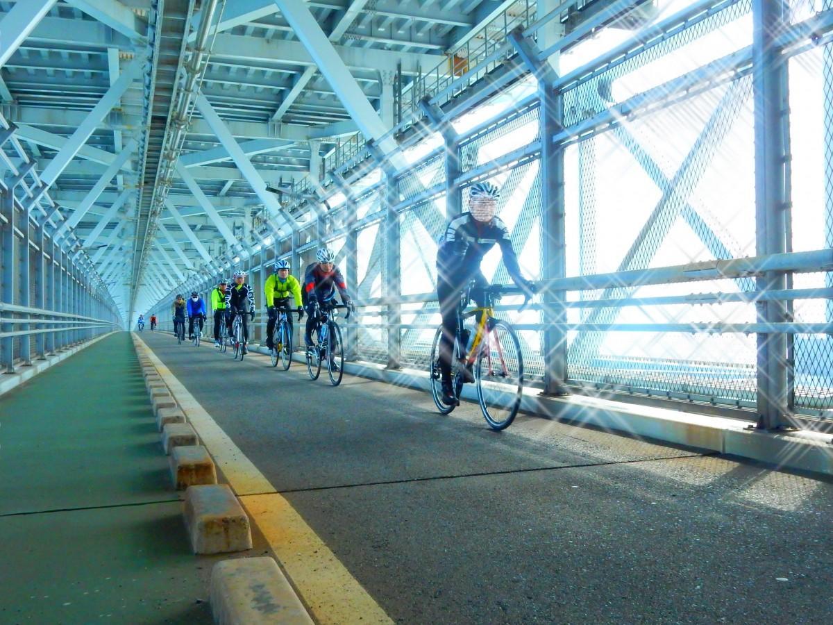 因島大橋を走行する参加者たち