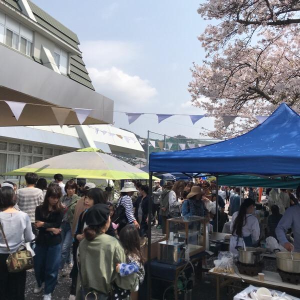 広島青少年文化センター本館前の駐車場スペースを使いブースを設置してマルシェを開いた