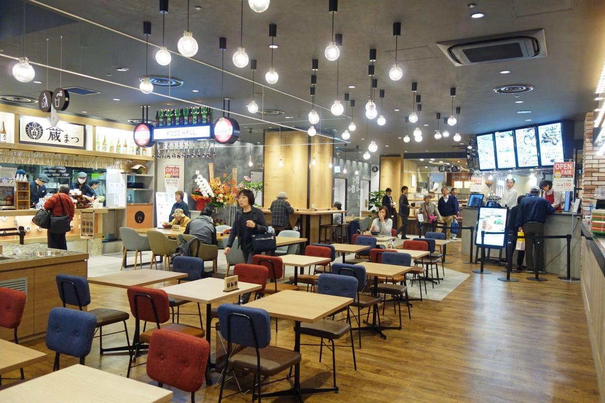 広島バスセンター3階のバスターミナルコンコースにオープンした「バスマチフードホール」