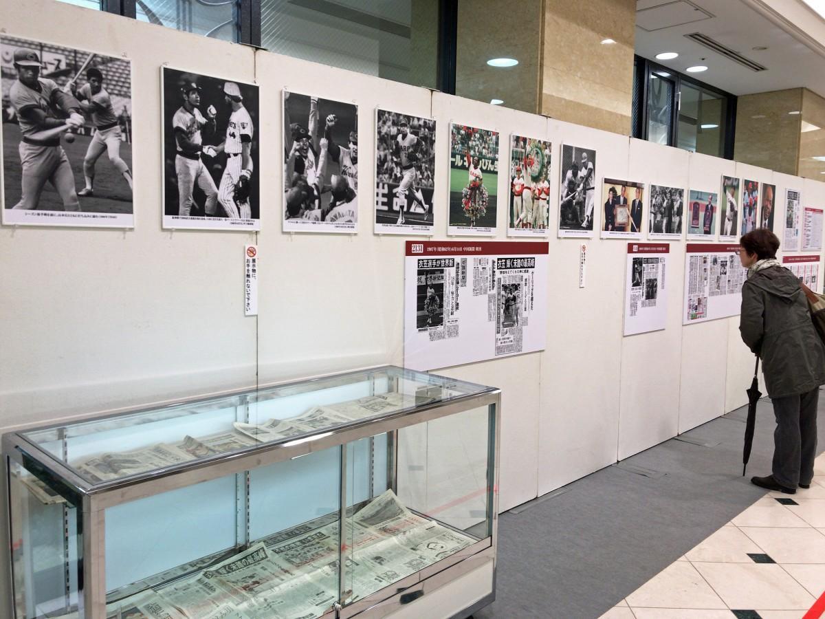 福屋広島駅前店で3日から始まった元・広島東洋カープの衣笠祥雄さんの追悼写真展