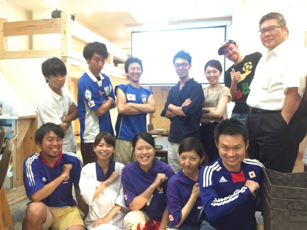 昨年も応援イベントを盛り上げた「広島ゲストハウス縁」のスタッフら