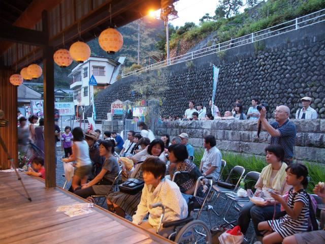 「ホタルのヒカリ音楽会」に訪れる地元住民ら