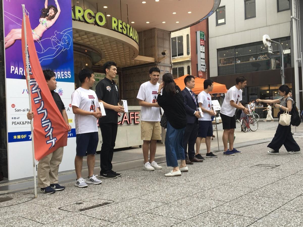 広島ドラゴンフライズが広島パルコ前で平成30年7月豪雨災害の募金活動を行った
