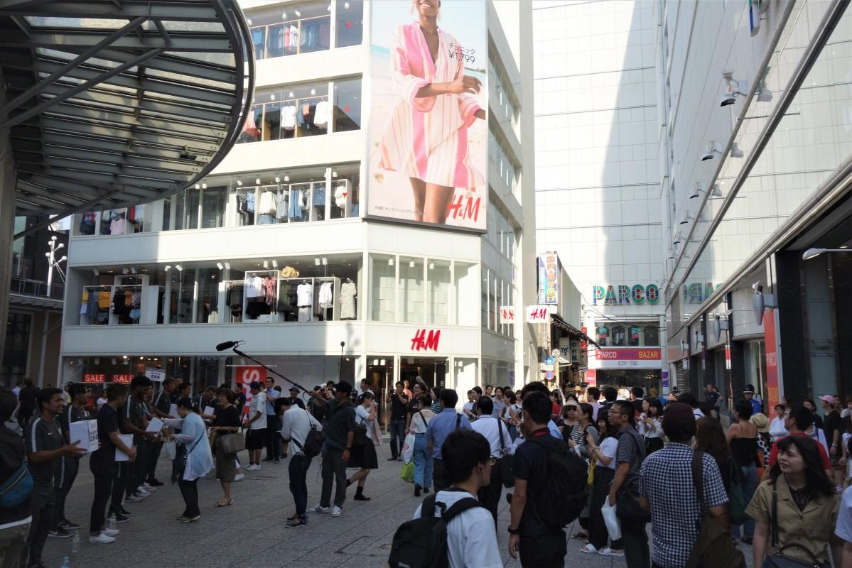広島パルコ前では林選手や工藤選手、稲垣選手ら9人とスタッフが参加した