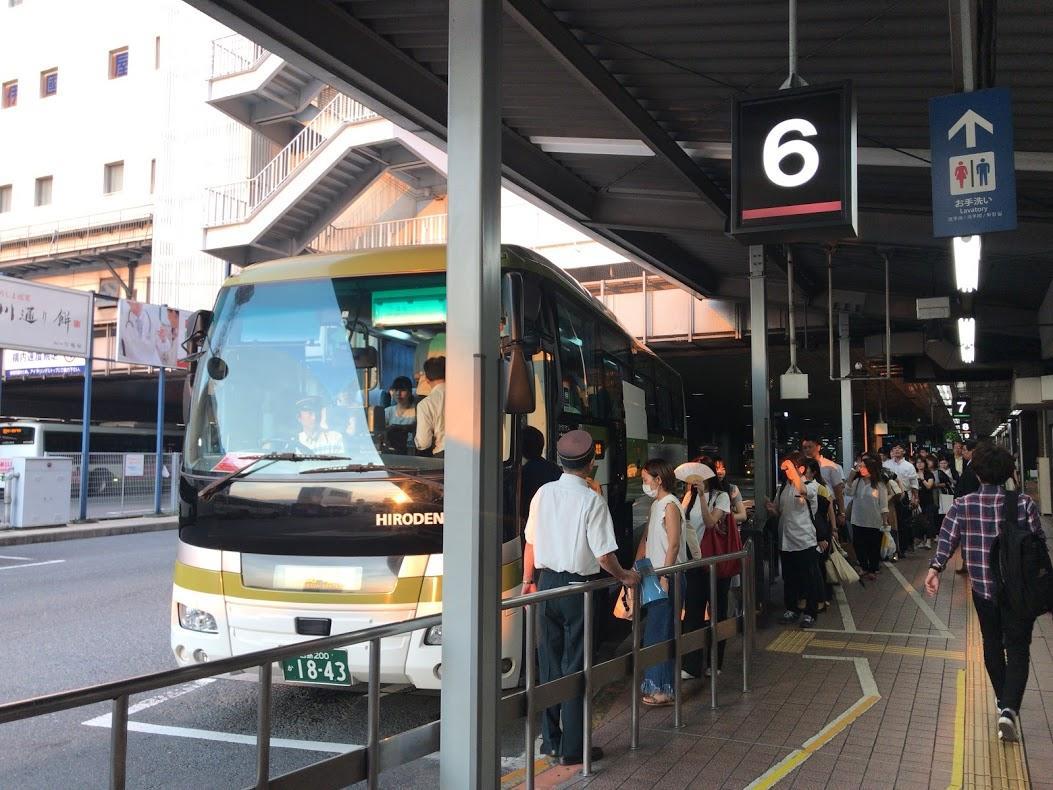広島バスセンター発の呉行き高速バスに乗り込む乗客ら(写真は18時55分発)