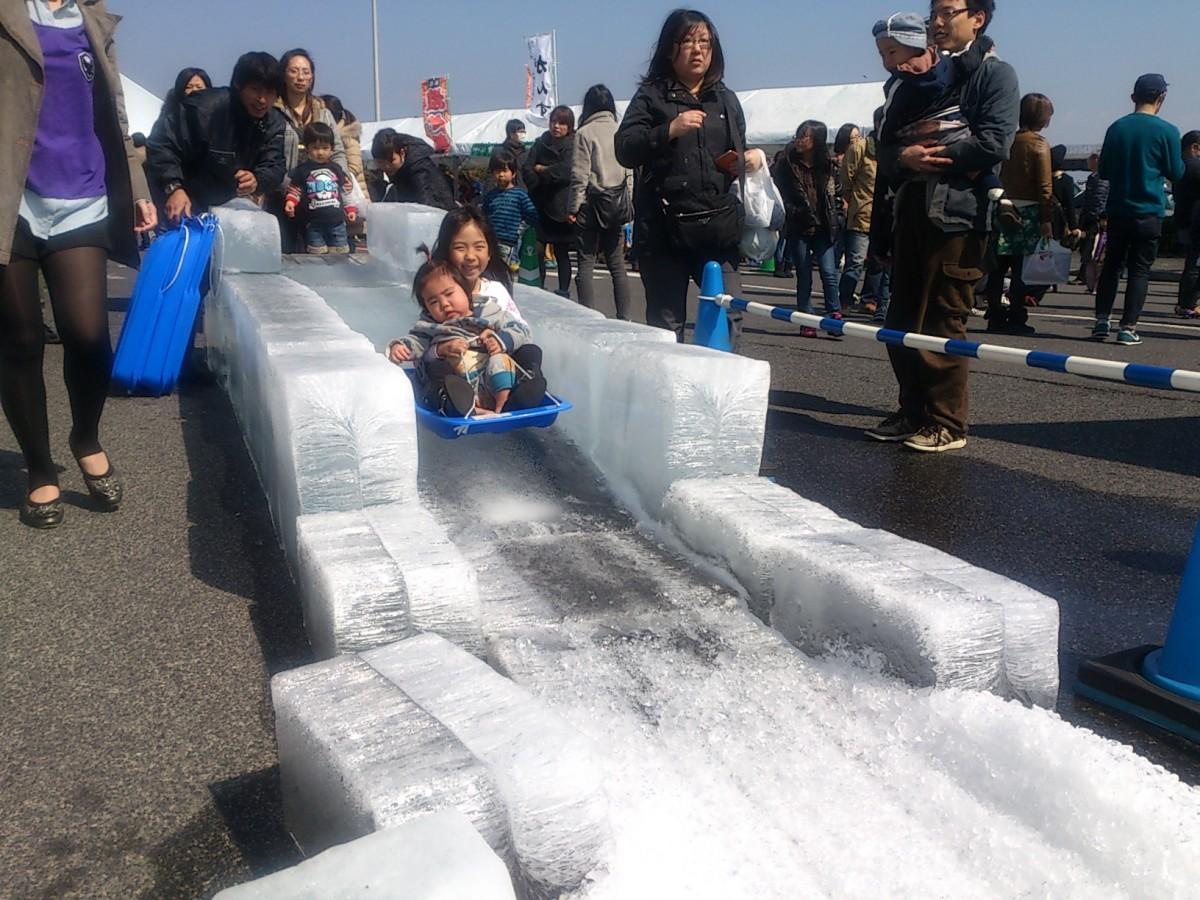 福屋屋上に「氷の滑り台」が登場する