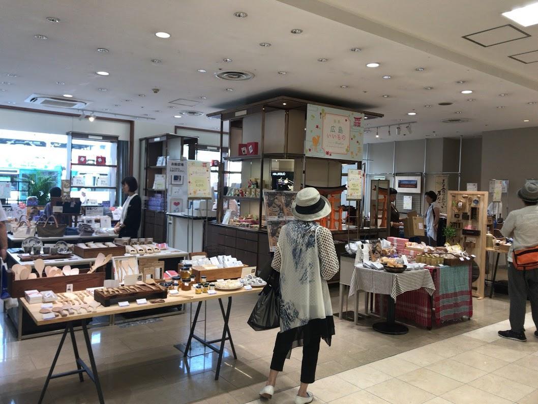 宮島と宮島口エリアの雑貨や食品、工芸品をセレクトしたコーナーを展開する1階フロア