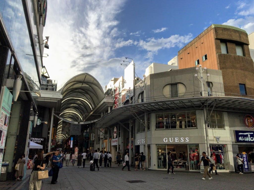 広島パルコ本館正面前にオープンしたカジュアルファッションブランド「GUESS」