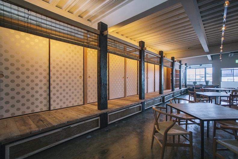 瀬戸内茶房「おちや」店内。襖の奥は畳敷きの個室空間が広がる