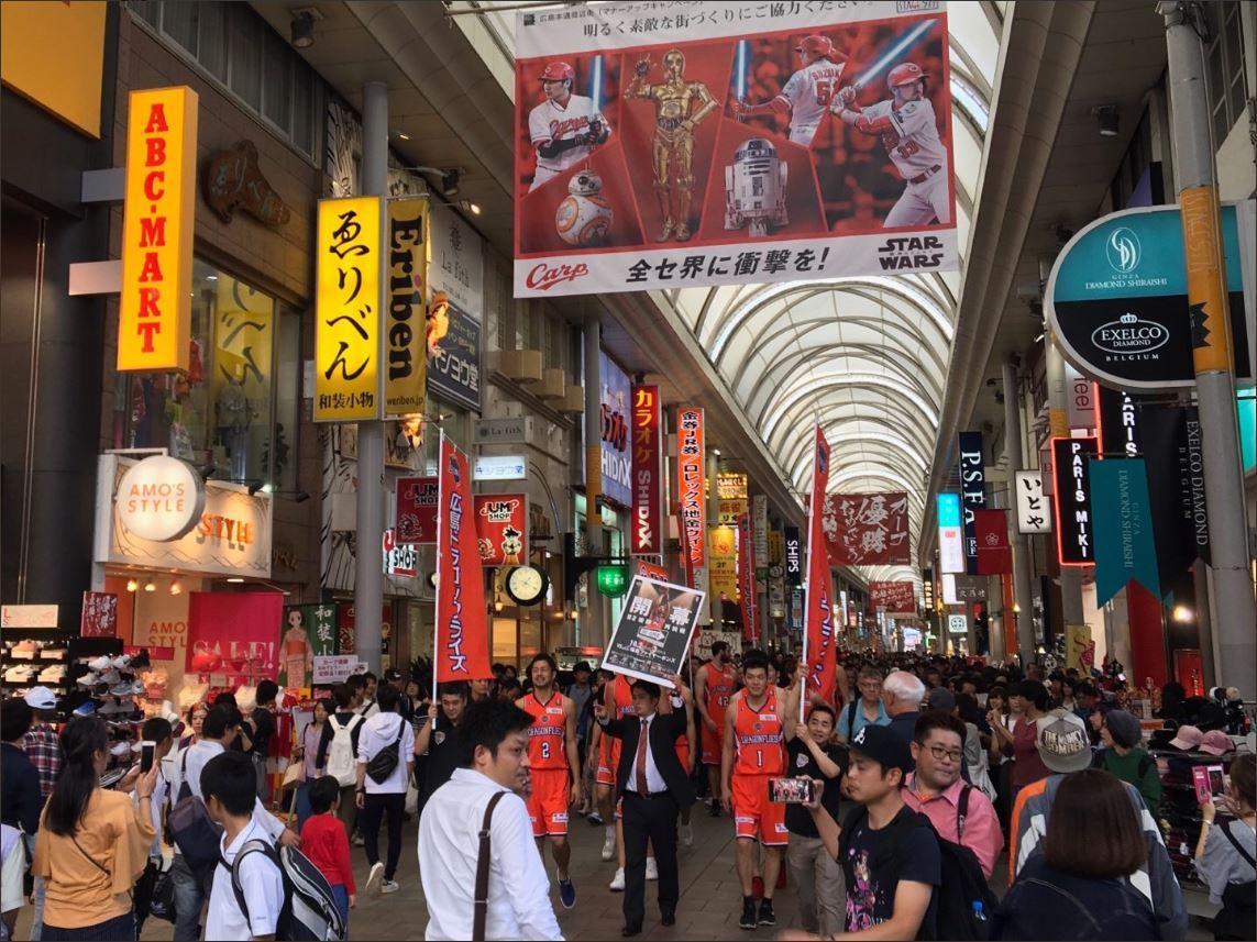 広島ドラゴンフライズがBリーグ開幕をPRするため本通り商店街などを練り歩く