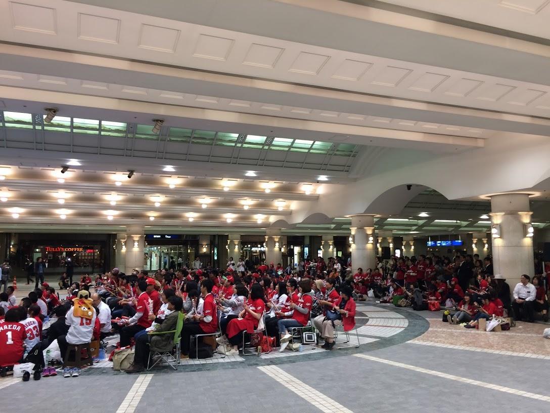 広島駅南口地下広場では2016年、2017年にもカープCSパブリックビューイングを開いている